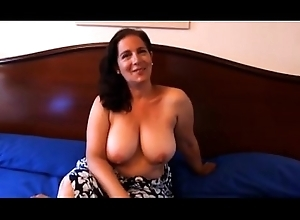 Sandra es una tetona madura españ_ola
